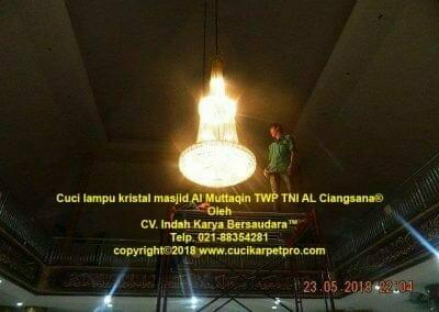 cuci-lampu-kristal-masjid-al-muttaqin-03