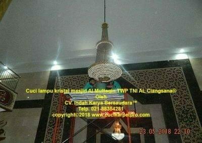 cuci-lampu-kristal-masjid-al-muttaqin-04