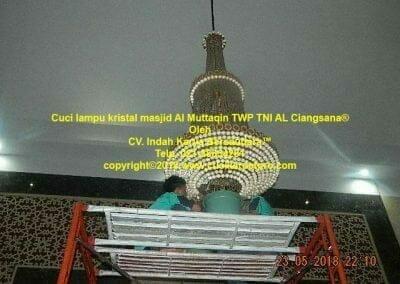 cuci-lampu-kristal-masjid-al-muttaqin-05