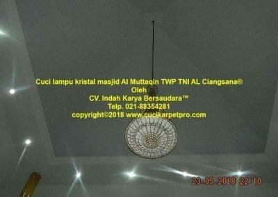 cuci-lampu-kristal-masjid-al-muttaqin-06