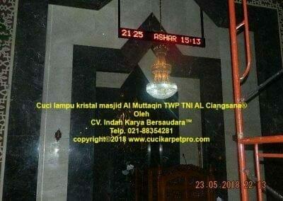 cuci-lampu-kristal-masjid-al-muttaqin-07