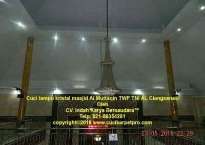 cuci-lampu-kristal-masjid-al-muttaqin-08