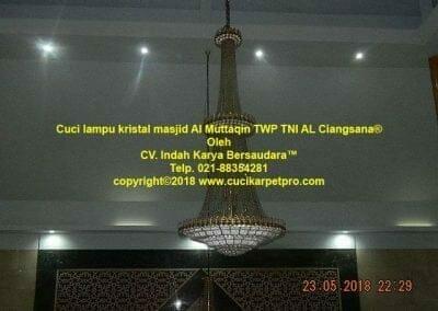 cuci-lampu-kristal-masjid-al-muttaqin-09