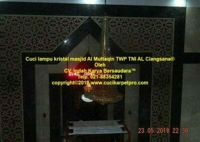 cuci-lampu-kristal-masjid-al-muttaqin-10