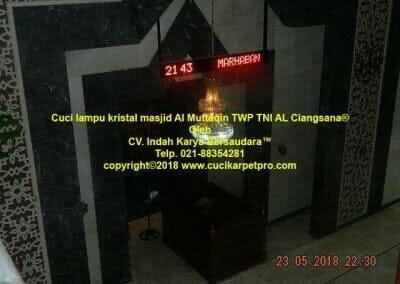 cuci-lampu-kristal-masjid-al-muttaqin-11