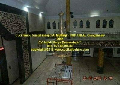 cuci-lampu-kristal-masjid-al-muttaqin-12