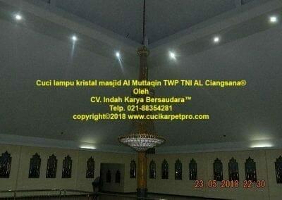 cuci-lampu-kristal-masjid-al-muttaqin-13
