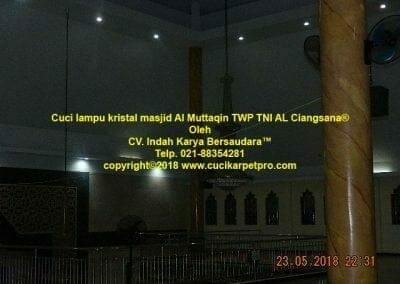 cuci-lampu-kristal-masjid-al-muttaqin-15