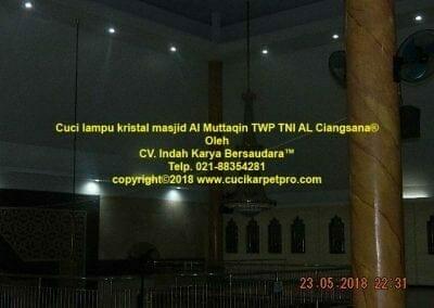 cuci-lampu-kristal-masjid-al-muttaqin-17