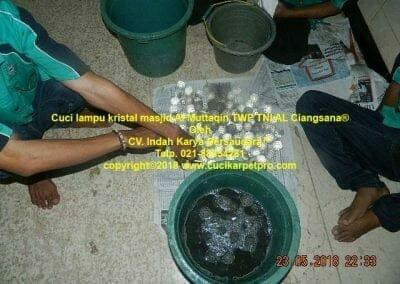cuci-lampu-kristal-masjid-al-muttaqin-20