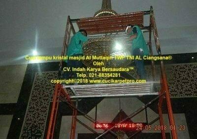 cuci-lampu-kristal-masjid-al-muttaqin-23