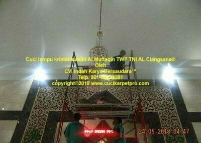 cuci-lampu-kristal-masjid-al-muttaqin-34