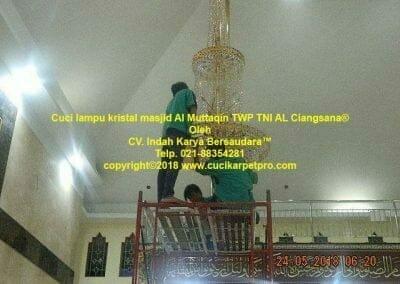 cuci-lampu-kristal-masjid-al-muttaqin-35
