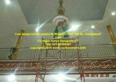cuci-lampu-kristal-masjid-al-muttaqin-36