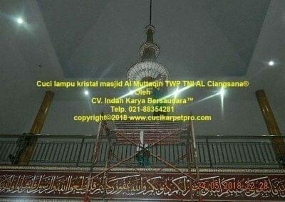 cuci-lampu-kristal-masjid-al-muttaqin-37