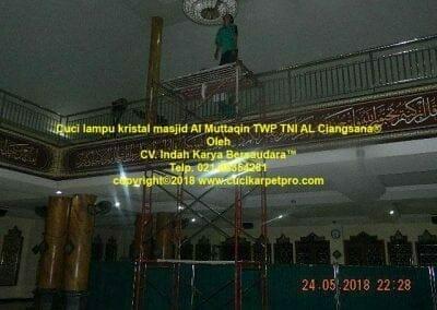cuci-lampu-kristal-masjid-al-muttaqin-38