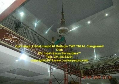 cuci-lampu-kristal-masjid-al-muttaqin-44