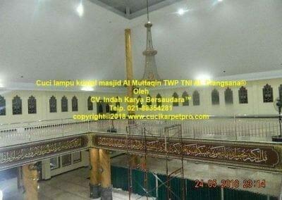 cuci-lampu-kristal-masjid-al-muttaqin-46