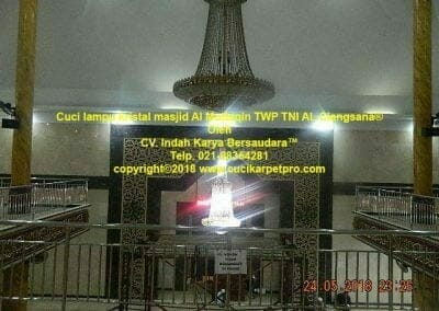 cuci-lampu-kristal-masjid-al-muttaqin-49