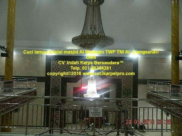 Cuci Lampu Kristal Masjid Al Muttaqin TWP TNI AL Ciangsana