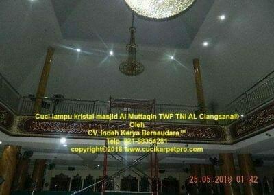 cuci-lampu-kristal-masjid-al-muttaqin-53