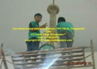 cuci-lampu-kristal-masjid-al-muttaqin-63