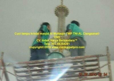 cuci-lampu-kristal-masjid-al-muttaqin-64
