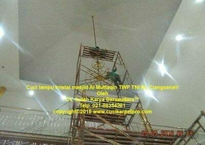 cuci-lampu-kristal-masjid-al-muttaqin-67