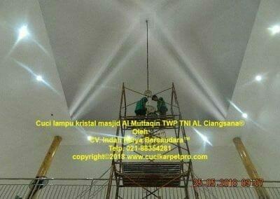 cuci-lampu-kristal-masjid-al-muttaqin-70