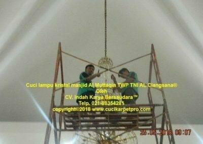 cuci-lampu-kristal-masjid-al-muttaqin-71