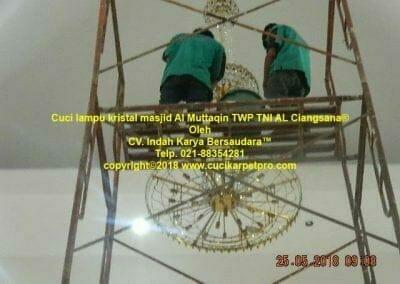 cuci-lampu-kristal-masjid-al-muttaqin-72