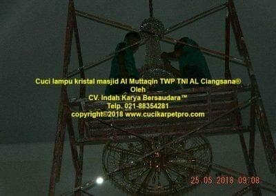 cuci-lampu-kristal-masjid-al-muttaqin-73