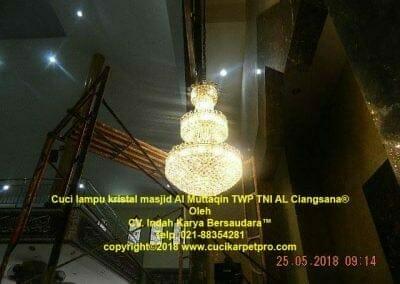 cuci-lampu-kristal-masjid-al-muttaqin-74