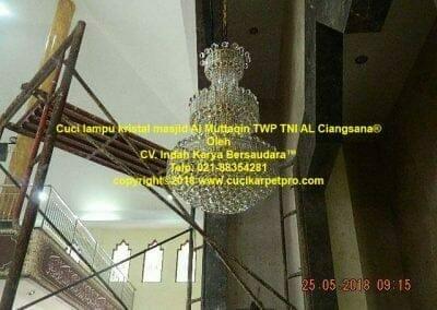cuci-lampu-kristal-masjid-al-muttaqin-75