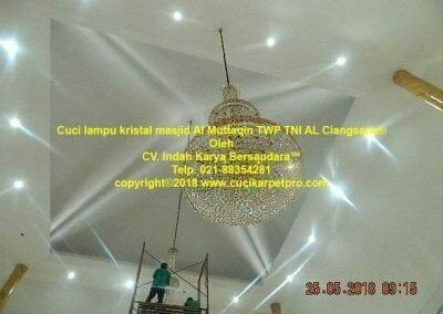 cuci-lampu-kristal-masjid-al-muttaqin-76