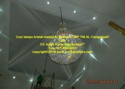 cuci-lampu-kristal-masjid-al-muttaqin-77