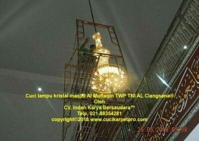 cuci-lampu-kristal-masjid-al-muttaqin-79