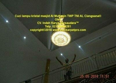 cuci-lampu-kristal-masjid-al-muttaqin-80