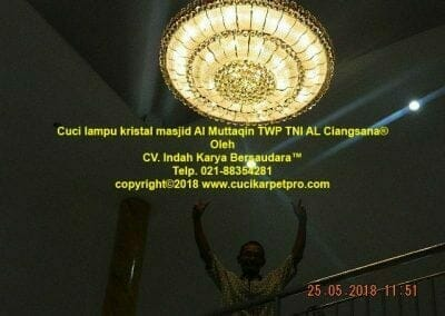 cuci-lampu-kristal-masjid-al-muttaqin-81
