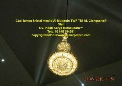 cuci-lampu-kristal-masjid-al-muttaqin-82