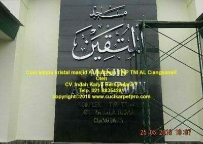 cuci-lampu-kristal-masjid-al-muttaqin-85