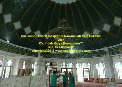 cuci-lampu-kristal-masjid-siti-rawani-04