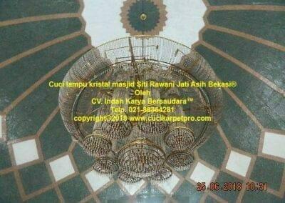 cuci-lampu-kristal-masjid-siti-rawani-06