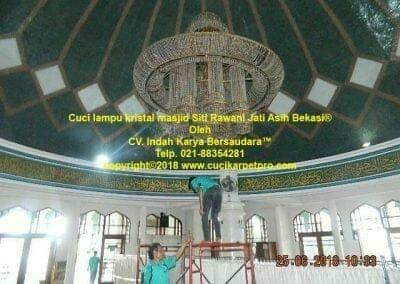 cuci-lampu-kristal-masjid-siti-rawani-09