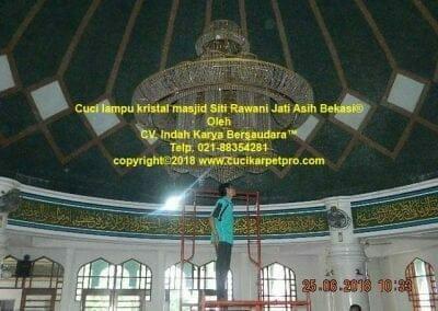 cuci-lampu-kristal-masjid-siti-rawani-10