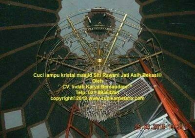 cuci-lampu-kristal-masjid-siti-rawani-103
