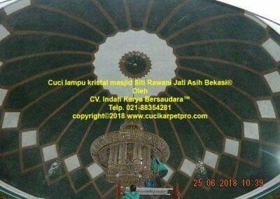 cuci-lampu-kristal-masjid-siti-rawani-12