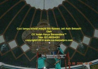 cuci-lampu-kristal-masjid-siti-rawani-13