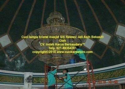 cuci-lampu-kristal-masjid-siti-rawani-14