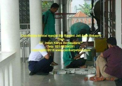 cuci-lampu-kristal-masjid-siti-rawani-17